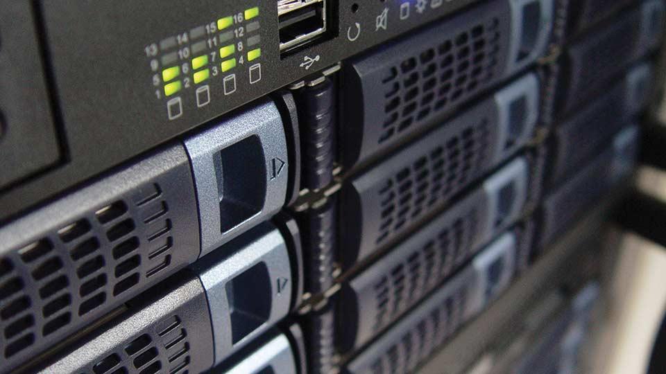 Gestione domini (registrazione, mantenimento, trasferimento), hosting, email e PEC